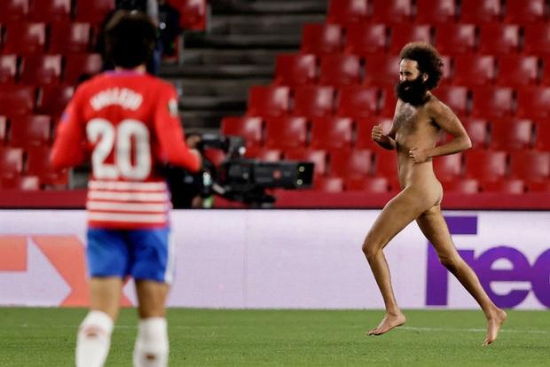 Sốc: Fan cuồng khỏa thân chạy quanh sân trong trận lượt đi tứ kết Europa League của MU - Ảnh 3.