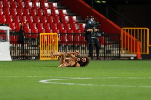 Sốc: Fan cuồng khỏa thân chạy quanh sân trong trận lượt đi tứ kết Europa League của MU - Ảnh 4.