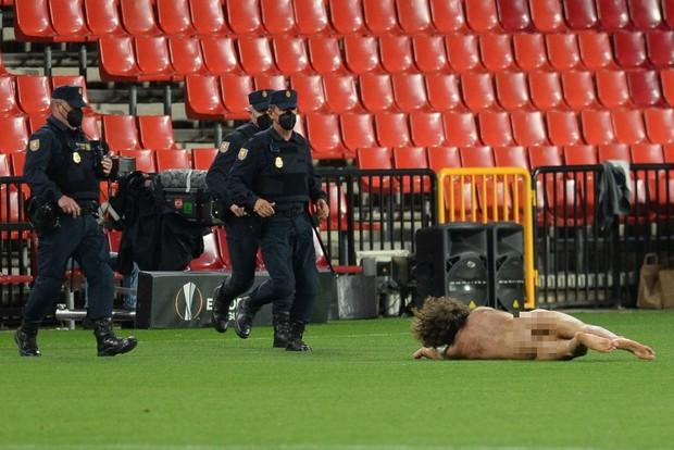 Sốc: Fan cuồng khỏa thân chạy quanh sân trong trận lượt đi tứ kết Europa League của MU - Ảnh 5.