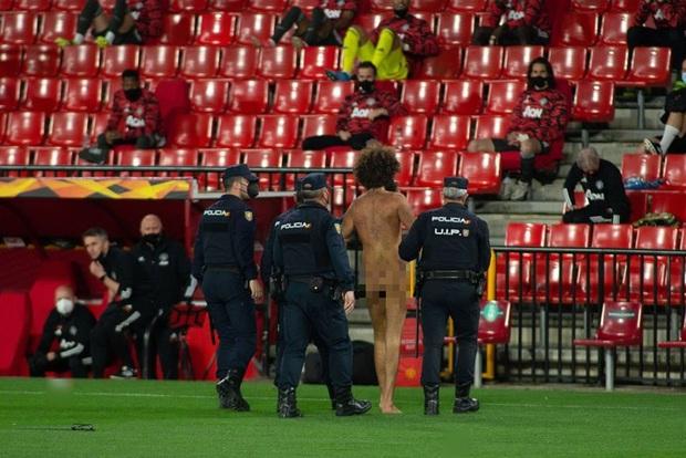 Sốc: Fan cuồng khỏa thân chạy quanh sân trong trận lượt đi tứ kết Europa League của MU - Ảnh 6.