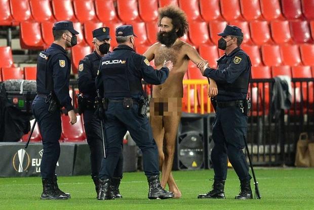 Sốc: Fan cuồng khỏa thân chạy quanh sân trong trận lượt đi tứ kết Europa League của MU - Ảnh 7.