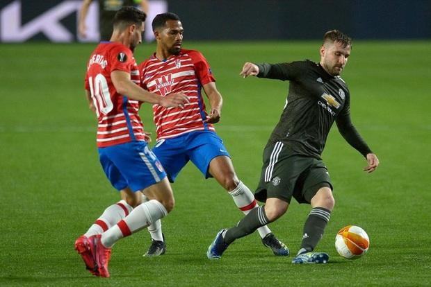 Sốc: Fan cuồng khỏa thân chạy quanh sân trong trận lượt đi tứ kết Europa League của MU - Ảnh 8.