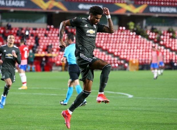 Sốc: Fan cuồng khỏa thân chạy quanh sân trong trận lượt đi tứ kết Europa League của MU - Ảnh 9.
