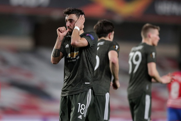 Sốc: Fan cuồng khỏa thân chạy quanh sân trong trận lượt đi tứ kết Europa League của MU - Ảnh 10.