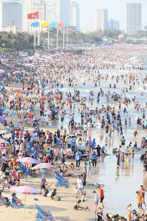 Ảnh: Biển Vũng Tàu đông nghẹt khách du lịch dịp nghỉ lễ, dân mạng lo lắng khi tình hình dịch đang căng thẳng - Ảnh 2.