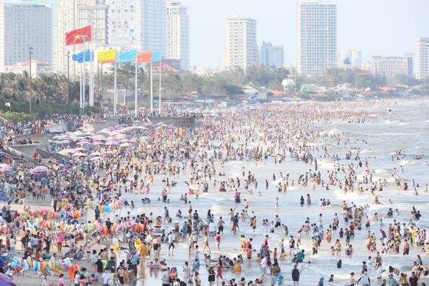 Ảnh: Biển Vũng Tàu đông nghẹt khách du lịch dịp nghỉ lễ, dân mạng lo lắng khi tình hình dịch đang căng thẳng - Ảnh 4.