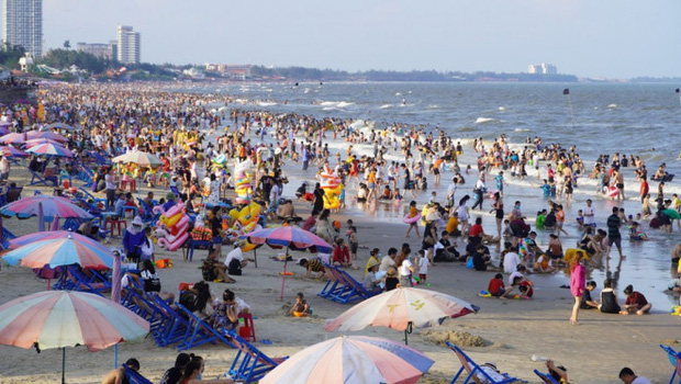 Ảnh: Biển Vũng Tàu đông nghẹt khách du lịch dịp nghỉ lễ, dân mạng lo lắng khi tình hình dịch đang căng thẳng - Ảnh 5.
