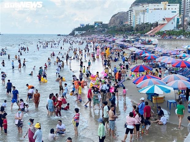 Ảnh: Biển Vũng Tàu đông nghẹt khách du lịch dịp nghỉ lễ, dân mạng lo lắng khi tình hình dịch đang căng thẳng - Ảnh 8.