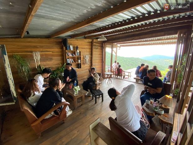 Các quán cà phê hot ở Đà Lạt hôm nay: Dân tình kéo nhau đi trú mưa, tìm chỗ đứng còn khó huống chi ngồi! - Ảnh 13.