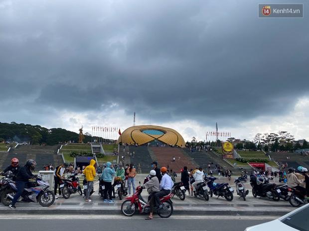 Các quán cà phê hot ở Đà Lạt hôm nay: Dân tình kéo nhau đi trú mưa, tìm chỗ đứng còn khó huống chi ngồi! - Ảnh 2.