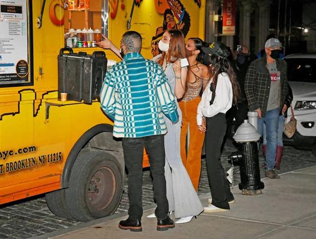 Cô em đáng đồng tiền bát gạo: Thấy bàn tay hư hỏng của anh rể Zayn, Bella bèn ra tay xử lí luôn để bảo vệ bà chị Gigi Hadid - Ảnh 2.