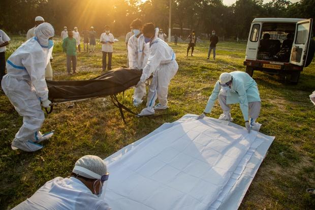 Toàn cảnh 1 tuần thảm họa khi đại hồng thủy Covid-19 nhấn chìm Ấn Độ: Tang thương chồng chất, uất nghẹn nhìn người thân tử vong, hít thở cũng trở nên xa xỉ - Ảnh 7.