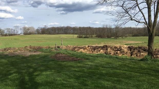 Tranh chấp đất đai với hàng xóm, người đàn ông xây hẳn bức tường làm từ phân bò dài 70m để trả thù - Ảnh 4.