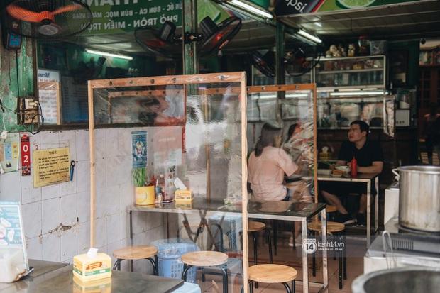 Ảnh: Hàng loạt quán xá ở Hà Nội tự giác đặt tấm chắn trong đợt dịch Covid-19 thứ 4, tinh thần chủ động chống dịch đã cao hơn nhiều - Ảnh 1.