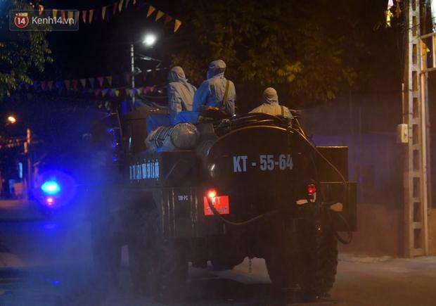 Phun khử khuẩn xã Kim Sơn, Gia Lâm ngay trong đêm tối - Ảnh 8.