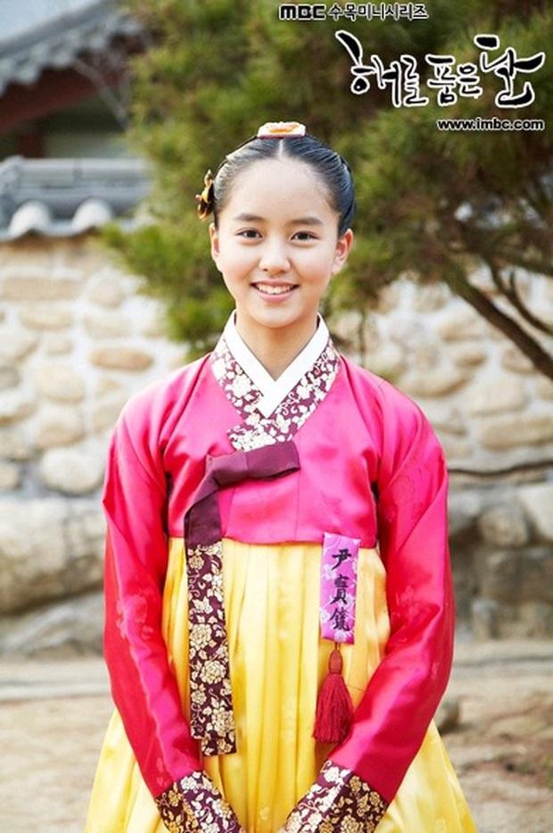 Mặt Trăng Ôm Mặt Trời có 2 sao nhí họ Kim dậy thì đỉnh cao: Kim Yoo Jung đã xinh còn bốc lửa, Kim So Hyun vịt hóa thiên nga - Ảnh 13.