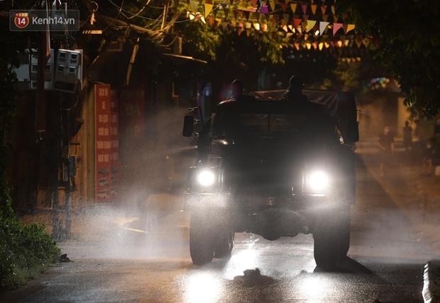 Phun khử khuẩn xã Kim Sơn, Gia Lâm ngay trong đêm tối - Ảnh 9.