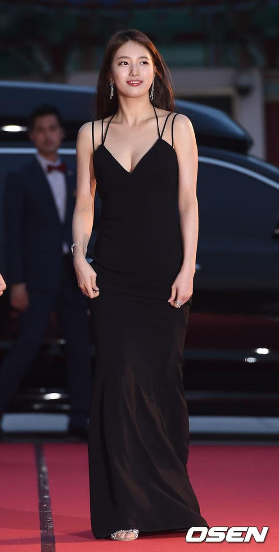 Nữ thần Baeksang gọi tên Suzy: 5 năm liên tiếp làm MC, mỗi năm lại xinh đẹp thêm bội phần - Ảnh 2.