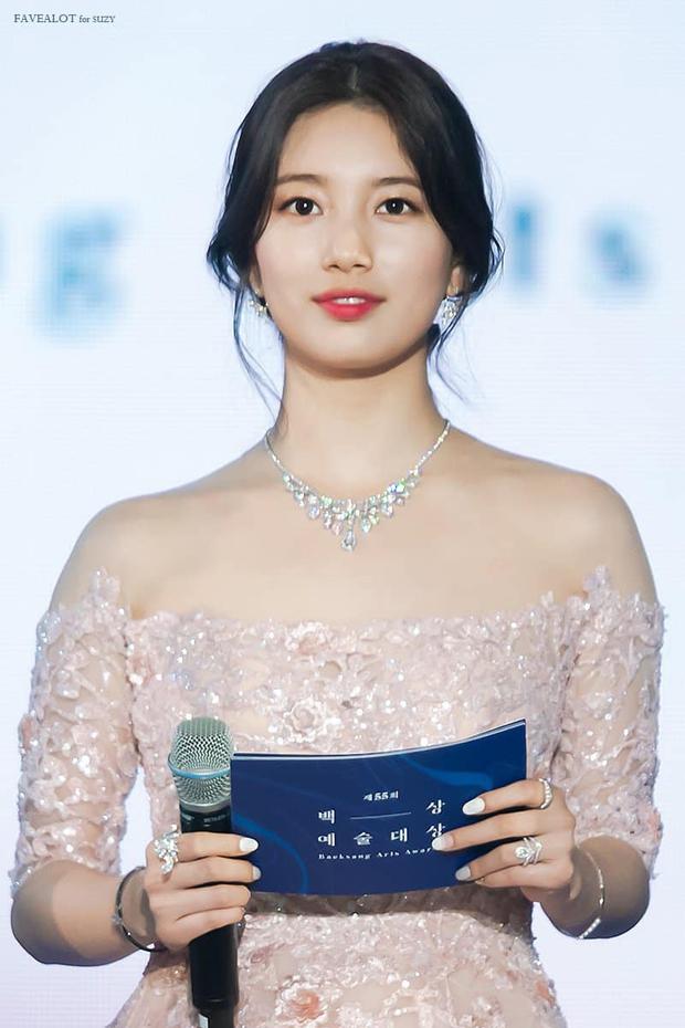 Nữ thần Baeksang gọi tên Suzy: 5 năm liên tiếp làm MC, mỗi năm lại xinh đẹp thêm bội phần - Ảnh 16.