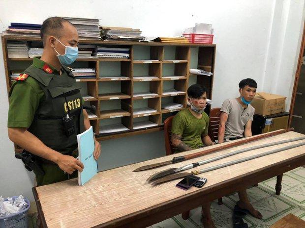 Cảnh sát nổ súng bắt 2 thanh niên cầm dao phóng lợn đi hưởng ứng đồng bọn hỗn chiến - Ảnh 2.