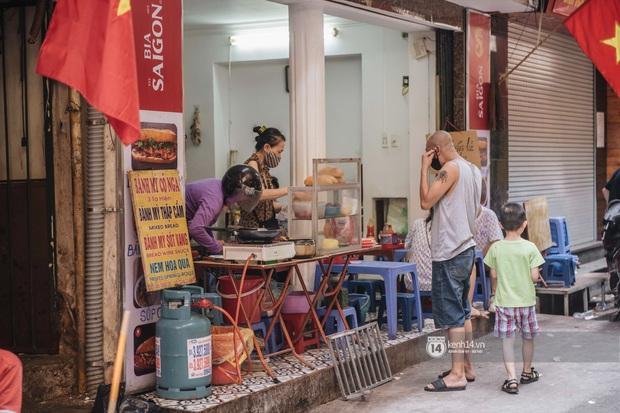 Ảnh: Hàng loạt quán xá ở Hà Nội tự giác đặt tấm chắn trong đợt dịch Covid-19 thứ 4, tinh thần chủ động chống dịch đã cao hơn nhiều - Ảnh 4.