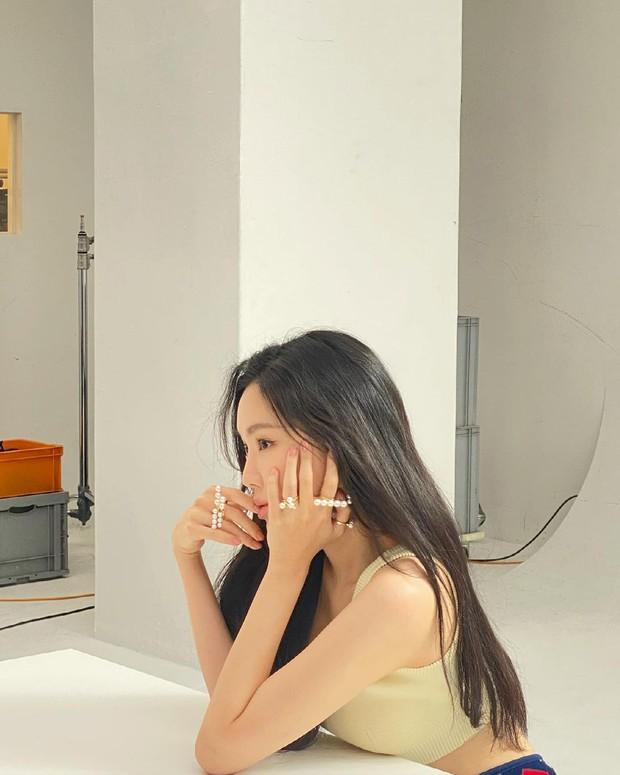 Naeun (Apink) tung ảnh hậu trường gây ngỡ ngàng: Nhìn mới biết không dao kéo, loạt ảnh giả trân YG đăng là bị hại? - Ảnh 7.
