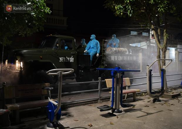 Phun khử khuẩn xã Kim Sơn, Gia Lâm ngay trong đêm tối - Ảnh 6.