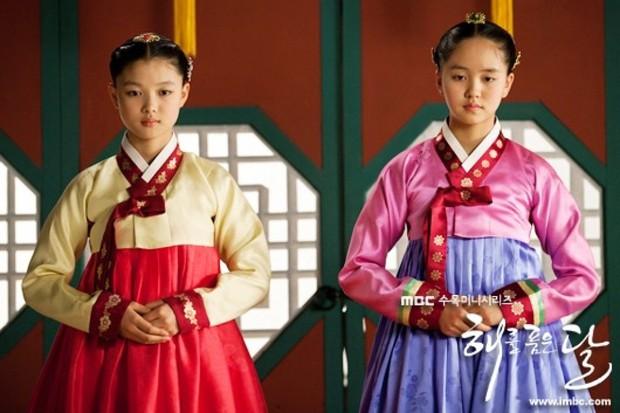 Mặt Trăng Ôm Mặt Trời có 2 sao nhí họ Kim dậy thì đỉnh cao: Kim Yoo Jung đã xinh còn bốc lửa, Kim So Hyun vịt hóa thiên nga - Ảnh 2.