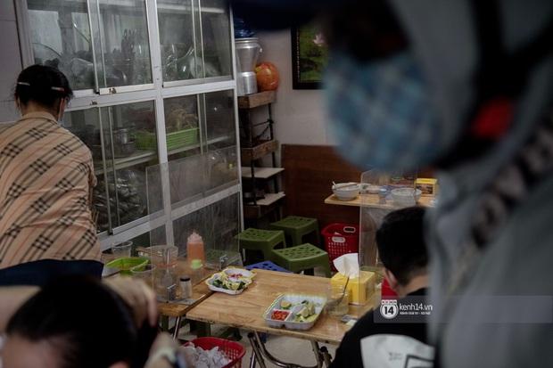 Ảnh: Hàng loạt quán xá ở Hà Nội tự giác đặt tấm chắn trong đợt dịch Covid-19 thứ 4, tinh thần chủ động chống dịch đã cao hơn nhiều - Ảnh 7.