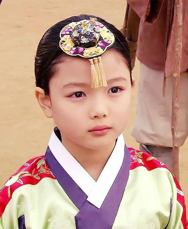Mặt Trăng Ôm Mặt Trời có 2 sao nhí họ Kim dậy thì đỉnh cao: Kim Yoo Jung đã xinh còn bốc lửa, Kim So Hyun vịt hóa thiên nga - Ảnh 5.