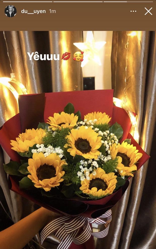 Đạt G hạnh phúc bên vợ cũ Hoài Lâm, Du Uyên cũng khoe được ai đó tặng hoa kèm chữ Yêu to đùng - Ảnh 2.