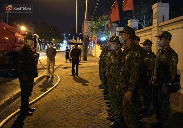 Phun khử khuẩn xã Kim Sơn, Gia Lâm ngay trong đêm tối - Ảnh 2.