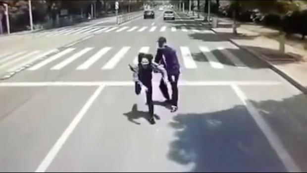 Đang đi giữa đường, thanh niên bỗng nhiên đẩy thẳng bạn gái vào đầu xe buýt đang chạy, biết được nguyên nhân ai nấy đều phẫn nộ - Ảnh 2.