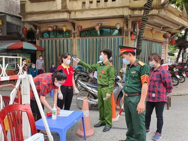 Một chủ tịch UBND thị trấn bị đình chỉ công tác do chống dịch lơ mơ - Ảnh 1.