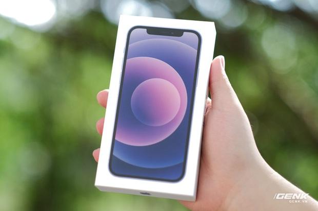 Trên tay iPhone 12 màu tím mộng mơ mới, giá chính hãng 22 triệu đồng, lên kệ trong tháng 6 - Ảnh 1.