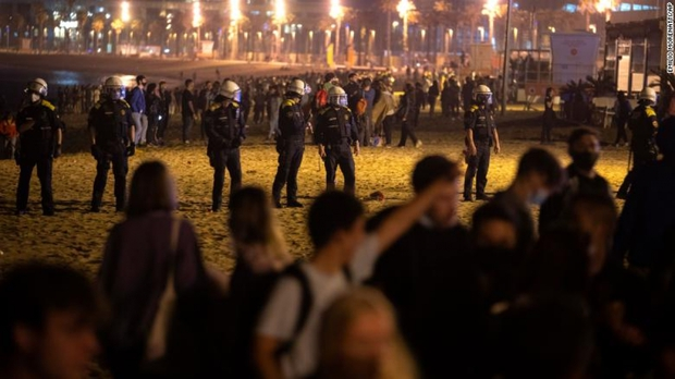 Hàng trăm người không khẩu trang tụ tập mừng kết thúc giới nghiêm ở Tây Ban Nha - Ảnh 1.