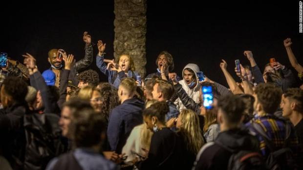 Hàng trăm người không khẩu trang tụ tập mừng kết thúc giới nghiêm ở Tây Ban Nha - Ảnh 2.