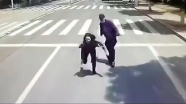 Đang đi giữa đường, thanh niên bỗng nhiên đẩy thẳng bạn gái vào đầu xe buýt đang chạy, biết được nguyên nhân ai nấy đều phẫn nộ - Ảnh 3.