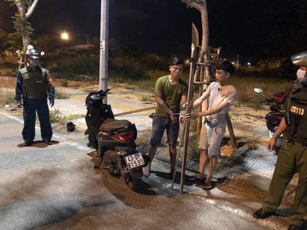 Cảnh sát nổ súng bắt 2 thanh niên cầm dao phóng lợn đi hưởng ứng đồng bọn hỗn chiến - Ảnh 1.