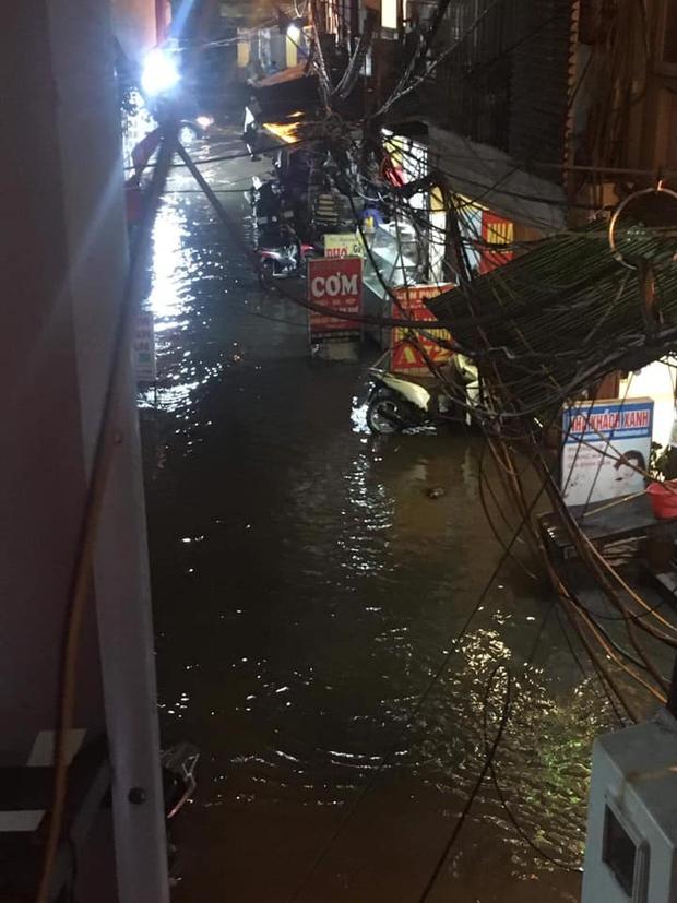 Ảnh, clip: Mưa dông gió giật kèm sấm chớp kinh hoàng ập xuống giờ tan tầm, Hà Nội ngập khắp các tuyến đường - Ảnh 35.