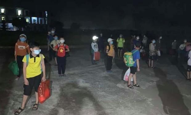 Học sinh lớp 6 tại Nam Định dương tính với SARS-CoV-2, 32 bạn cùng lớp đi cách ly ngay trong đêm - Ảnh 1.