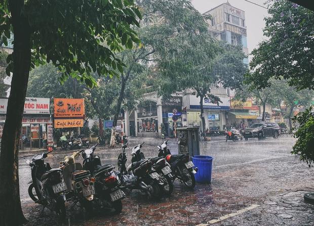 Ảnh, clip: Mưa dông gió giật kèm sấm chớp kinh hoàng ập xuống giờ tan tầm, Hà Nội ngập khắp các tuyến đường - Ảnh 15.