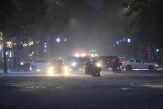 Ảnh, clip: Mưa dông gió giật kèm sấm chớp kinh hoàng ập xuống giờ tan tầm, Hà Nội ngập khắp các tuyến đường - Ảnh 5.