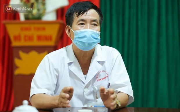 Gặp bác sĩ trong bức ảnh nhân viên y tế đi xe ba gác vào vùng dịch: Tôi chỉ biết bắt tay để truyền động lực cho anh em - Ảnh 2.