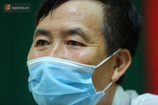 Gặp bác sĩ trong bức ảnh nhân viên y tế đi xe ba gác vào vùng dịch: Tôi chỉ biết bắt tay để truyền động lực cho anh em - Ảnh 4.