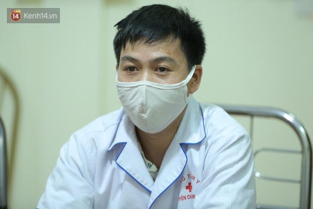 Người chụp bức ảnh bác sĩ bắt tay nhân viên y tế trên xe ba gác đi vào vùng dịch: Tôi chỉ chụp trộm khoảnh khắc đó - Ảnh 4.