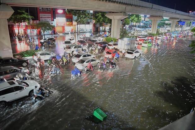 Ảnh, clip: Mưa dông gió giật kèm sấm chớp kinh hoàng ập xuống giờ tan tầm, Hà Nội ngập khắp các tuyến đường - Ảnh 14.