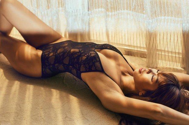 Hà Anh gây lú với khoảnh khắc trông như nude 100% ngay trước cửa kính, netizen nhìn mà hồi hộp thay cho người ở dưới - Ảnh 3.