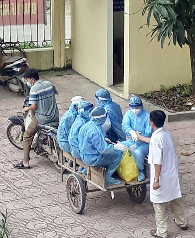 Gặp bác sĩ trong bức ảnh nhân viên y tế đi xe ba gác vào vùng dịch: Tôi chỉ biết bắt tay để truyền động lực cho anh em - Ảnh 1.