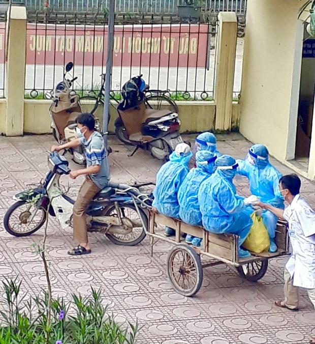 Người chụp bức ảnh bác sĩ bắt tay nhân viên y tế trên xe ba gác đi vào vùng dịch: Tôi chỉ chụp trộm khoảnh khắc đó - Ảnh 1.